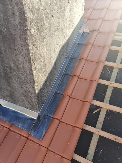 Noctage de plomb contour cheminée
